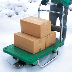 三面ガード付・ソリ付運搬台車(プラスチック製)雪上での仕様例